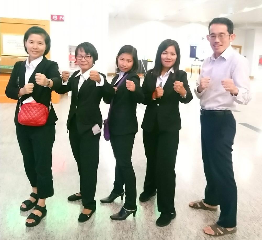 日本に渡航して働く生徒達とOne Terraceの横山(ヤンゴン空港にて)