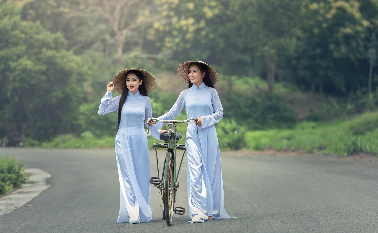 二人ベトナム人の女性が白いアオザイ着ている