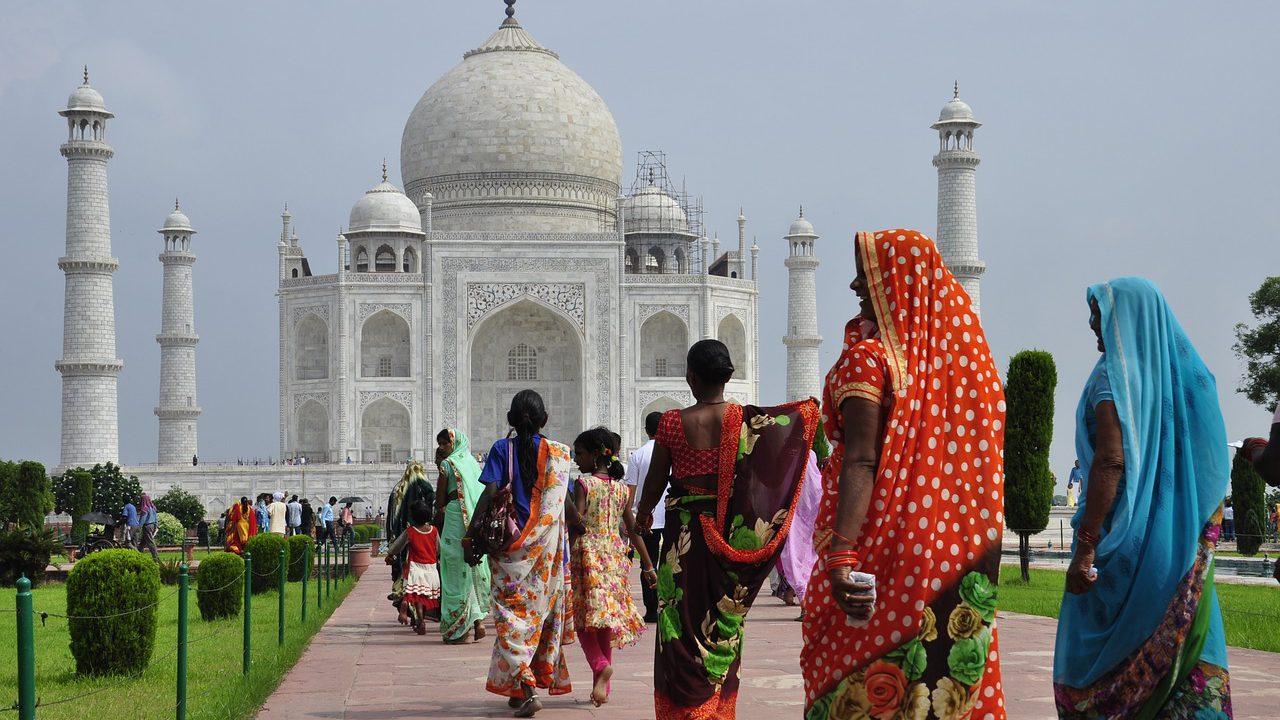 タジ・マハールの前に映るインド人たち