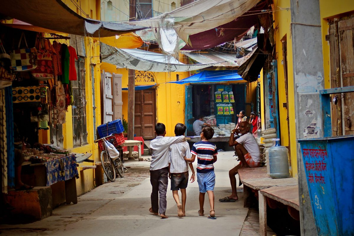 街区にいるインドの子供たち