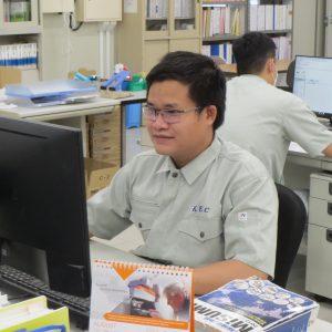パソコンに向かって作業するスンさん