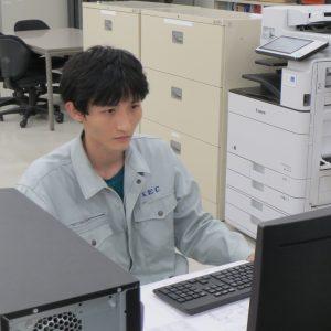 パソコンに向かって作業するクエンさん
