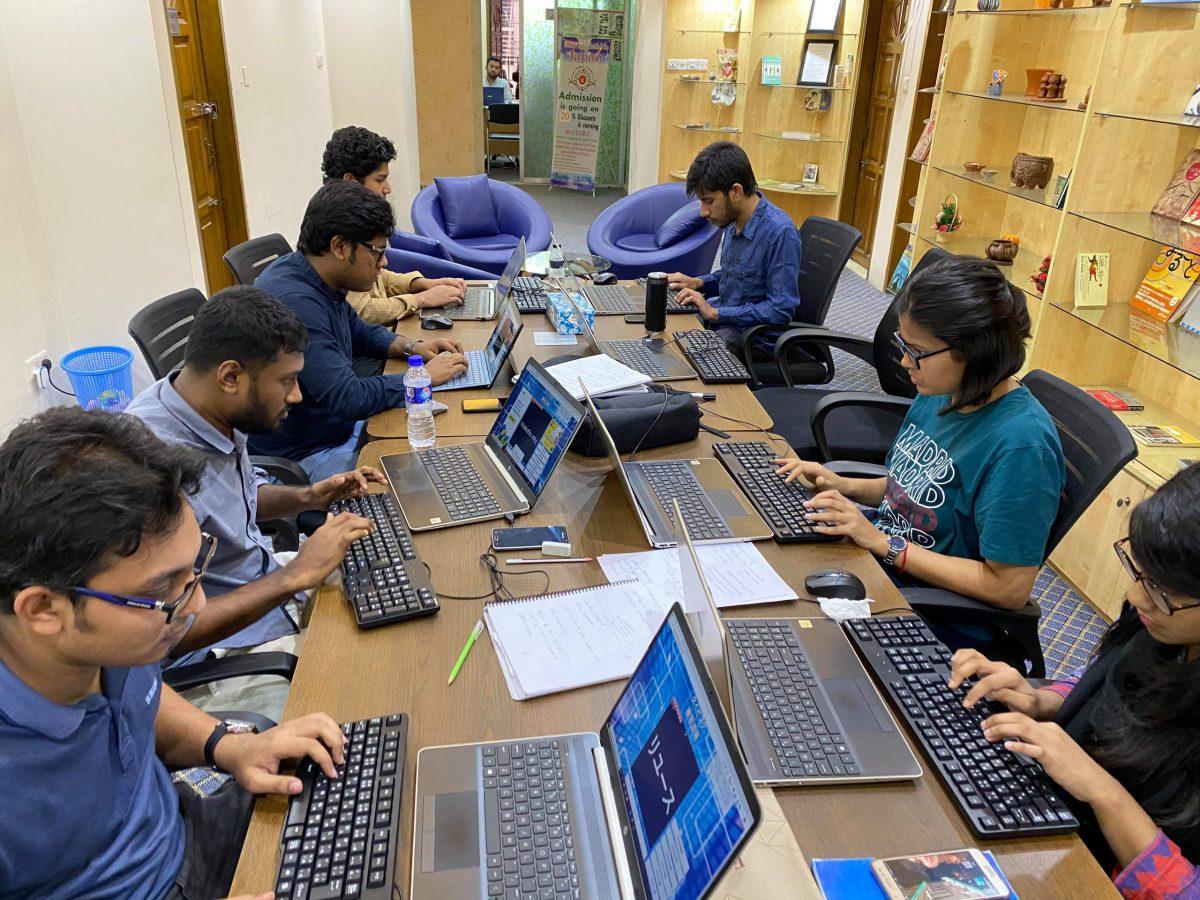 PCに向かって勉強するバングラディシュ人社員