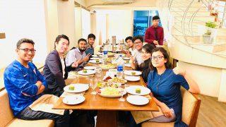 バングラディシュ社員と食事をする仲宗根社長