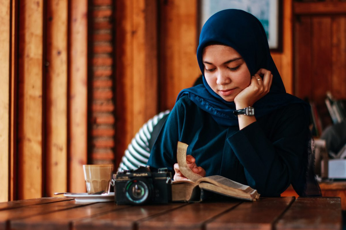 本を読んでいるインドネシア女性