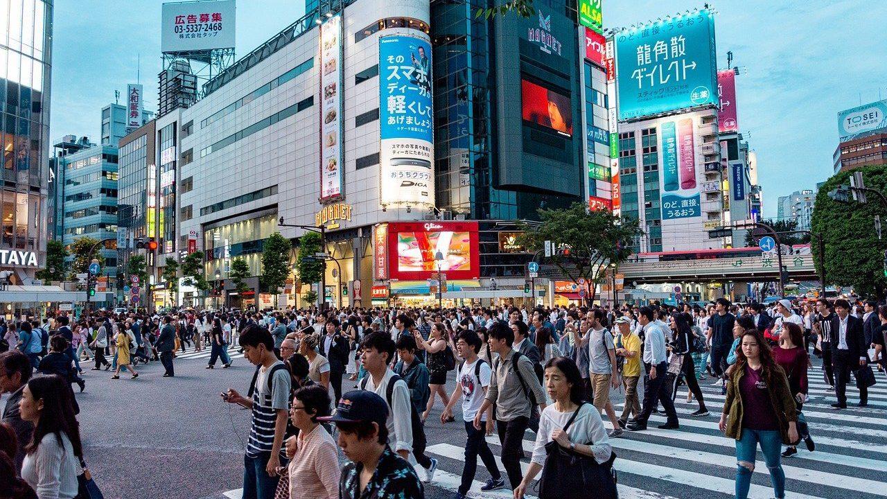 渋谷駅前の交差点に渡っている人たち