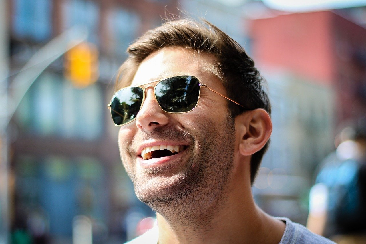 笑っているサングラスをかけている男性