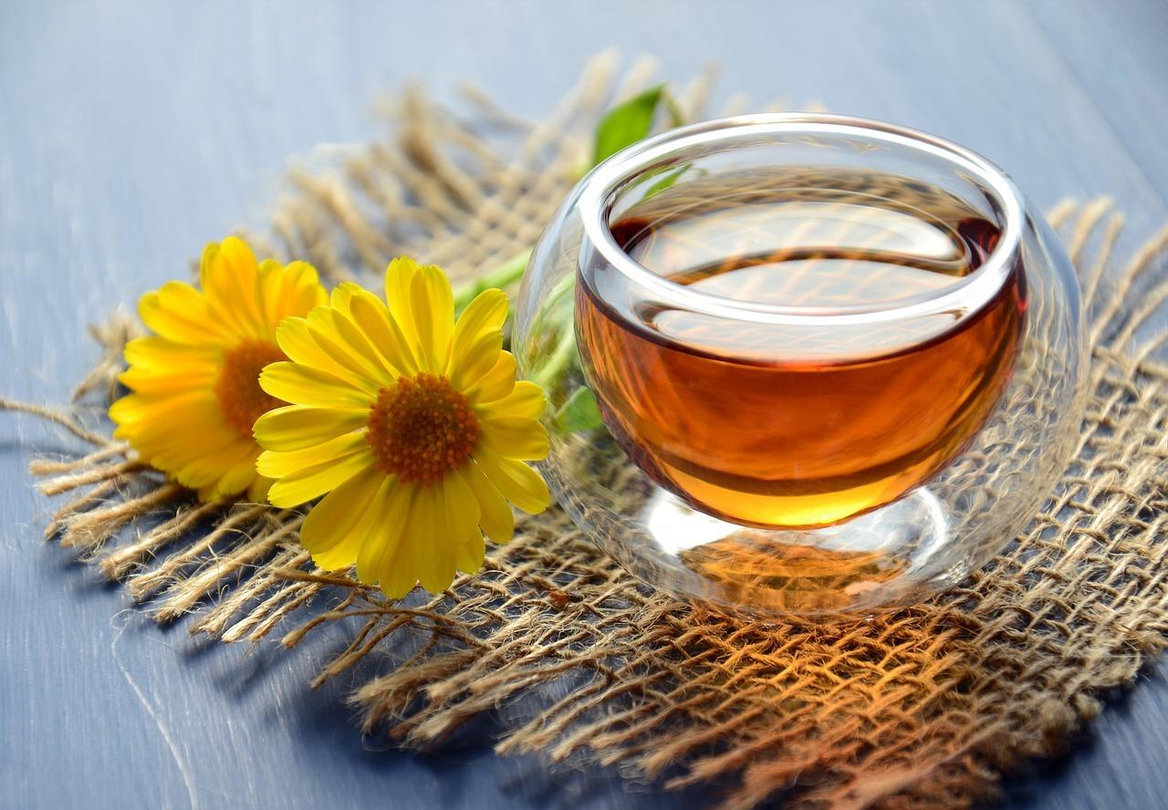 テーブルに置いている紅茶と花