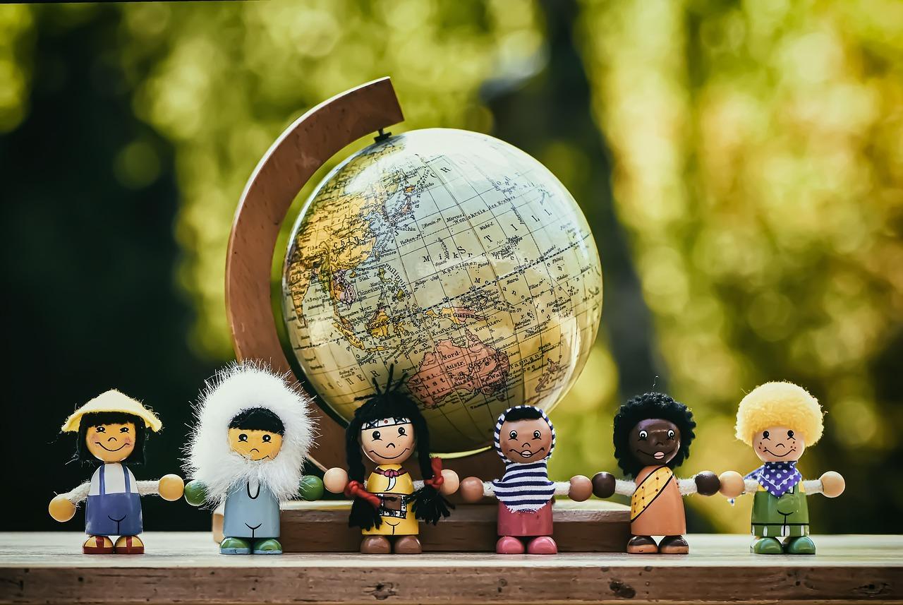 地球儀と世界の人種代表イメージ